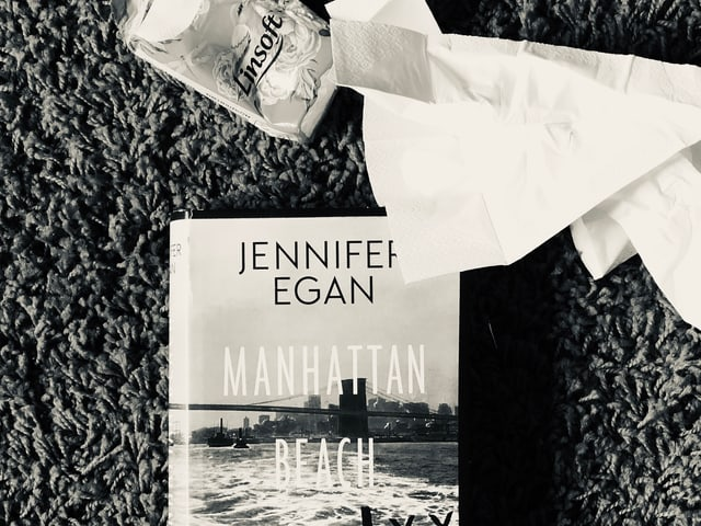 Der Roman von Jennifer Egan: «Manhattan Beach» liegt auf dem Teppich, zerknüllte Nastücher daneben