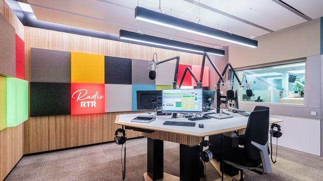 Il nov studio da radio RTR cun differentas colurs