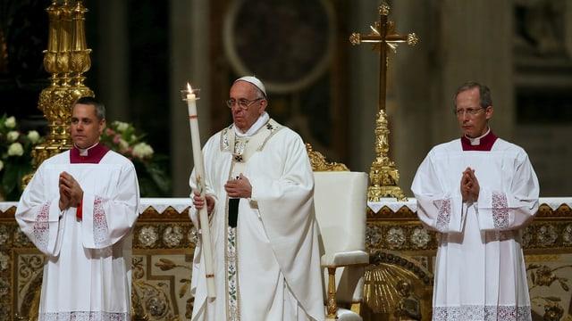 Papst und zwei Priester mit dem Osterlicht