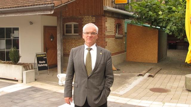 Gemeindepräsident vor Restaurant
