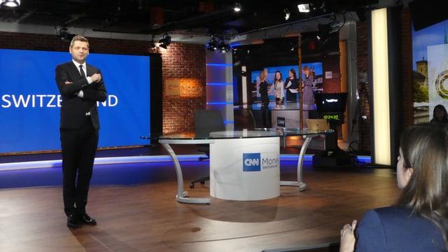 Mann im Anzug in Fernsehstudio