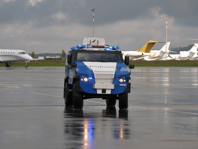 Ein blau-weisser Panzerwagen.