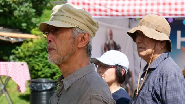 Leute mit Kappe