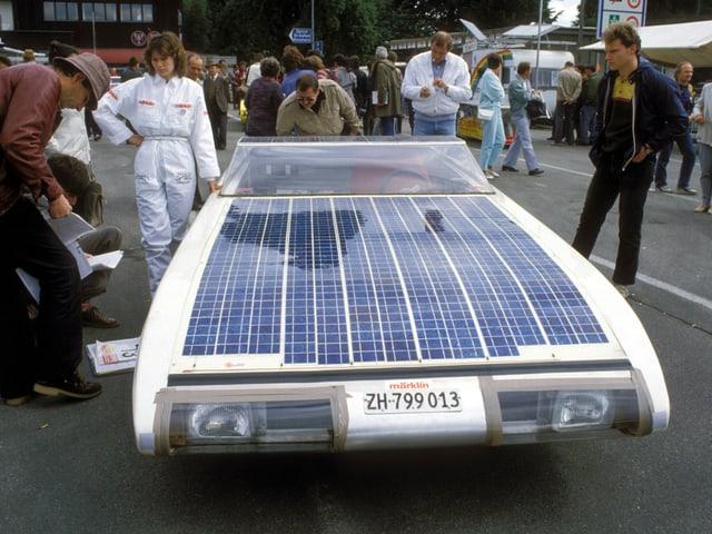 Ein futuristisches Solar-Rennauto mit Fahrerin
