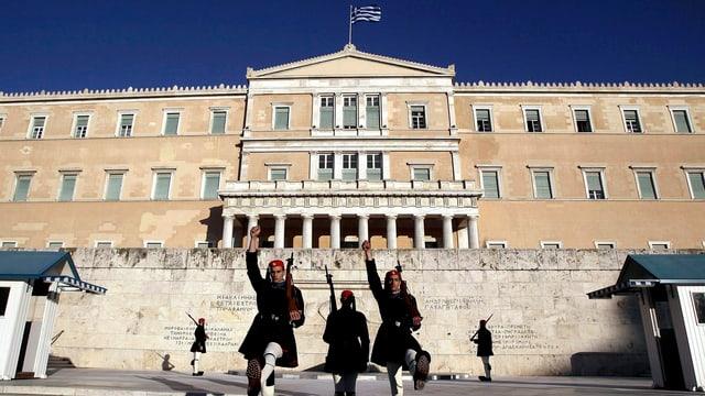Leibgarde mit erhobenen Fäusten vor dem Regierungsgebäude in Athen.