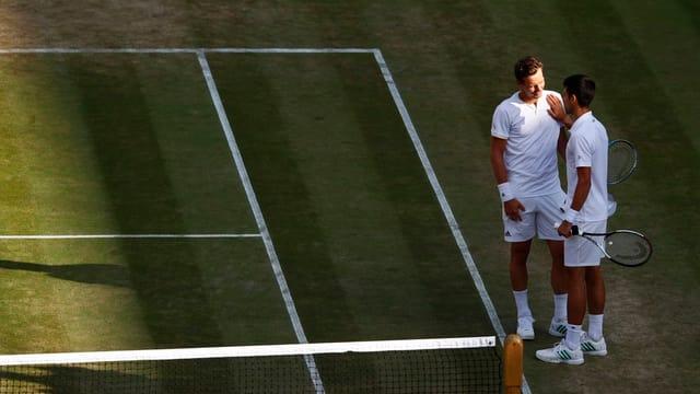 Purtret da Djokovic e Berdych che discurran in cun l'auter.