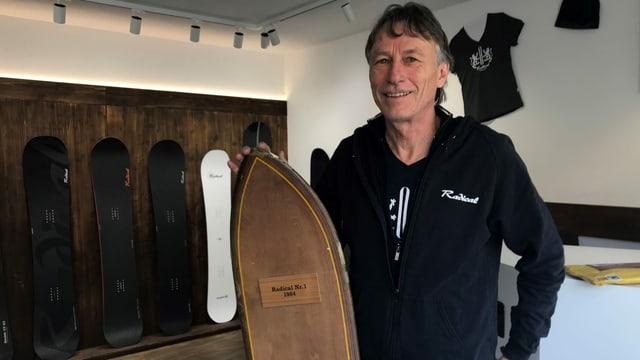 Mark Farner mit seinem allerersten Snowboard im Verkaufsraum seiner Firma
