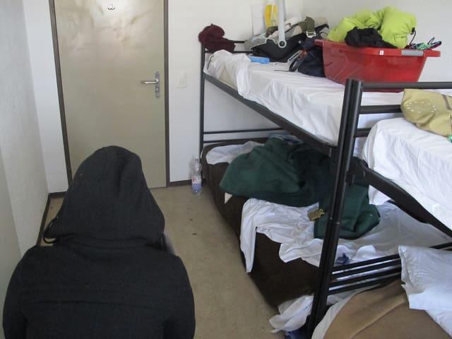 Frau in Zimmer mit Kajütenbetten