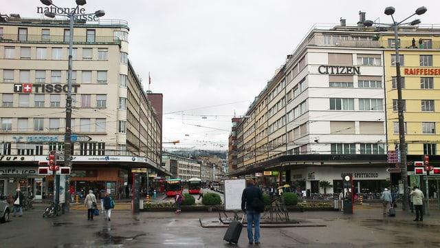 Bahnhofplatz mit Passanten