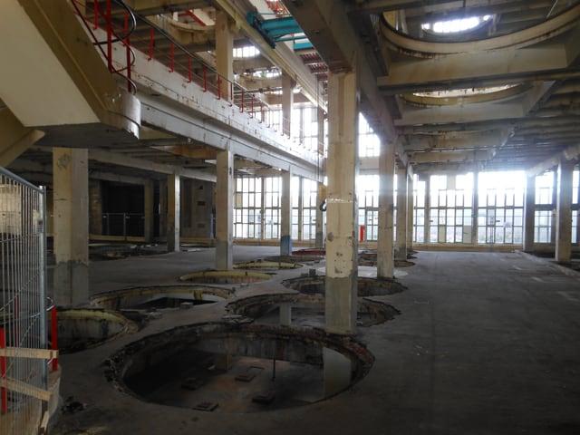 Blick in eine alte Industrie-Halle.