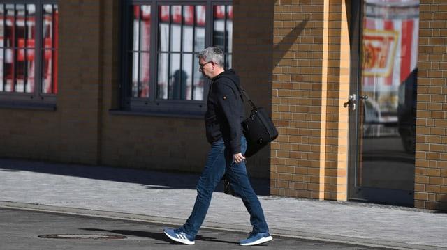 Der Union-Coach am 14. März auf dem Weg zum Klub-Frühstück bzw. zur Krisensitzung.
