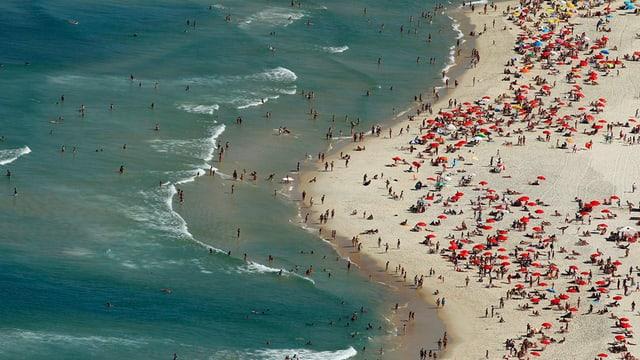 Menschen am Strandstrand aus der Vogelperspektive.