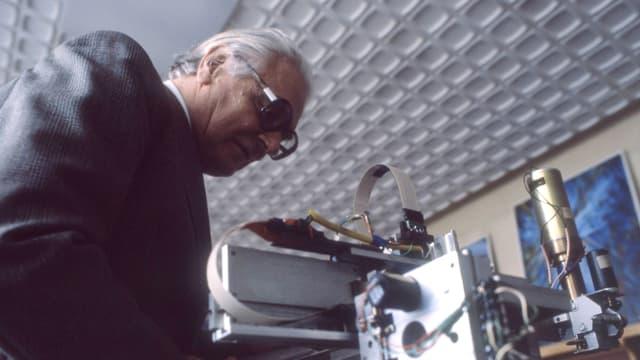 Konrad Zuse über einen Computer gebeugt