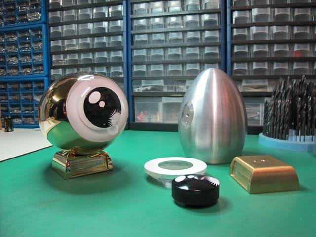 Die Bestandteile, aus denen (links) das fertige Golden Eye wird: Aluminium-Ei, Sockel, Pupille und Iris.