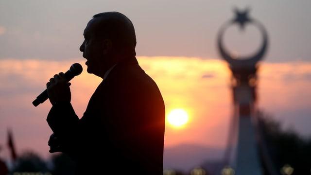 Erdogan mit Mikrophon.