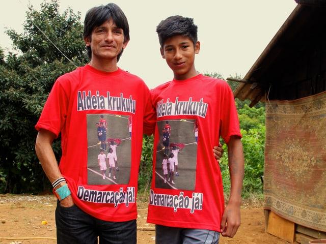Olivio Jekupeu und Werá Jeguaká Miri tragen ein roten T-Shirt mit der Aufschrift «Demarcação já».