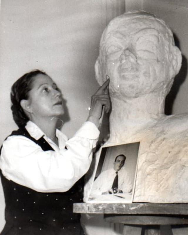 Consuelo Suncin de Sandoval streicht mit dem Finger über das Gesicht einer überlebensgrossen Büste.