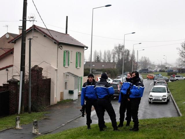 Polizisten bewachen eine Zufahrtsstrasse