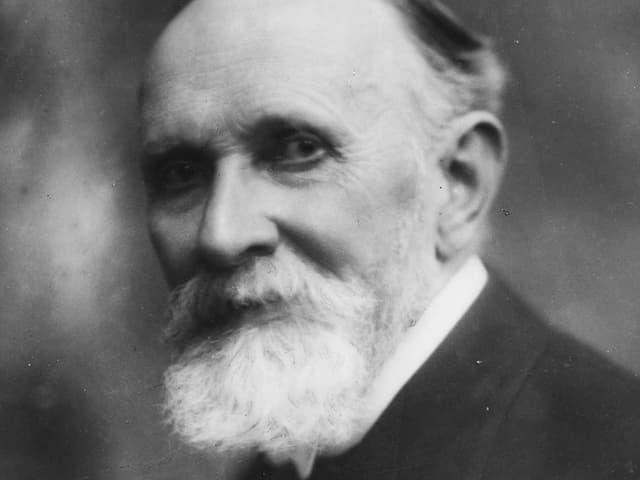Schwarz-Weiss-Porträt eines alten bärtigen Mannes.
