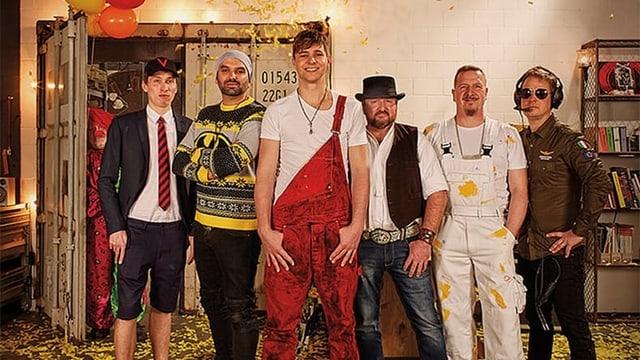 Eine sechsköpfige Gruppe von Männern in Arbeitskleidung.