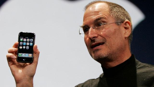 Steve Jobs cun l'emprim iPhone.