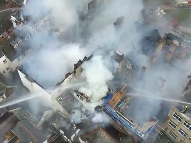Feuerwehr löscht Brand in Exeter.