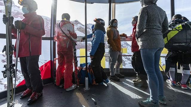 Menschen in einer Bergbahn.