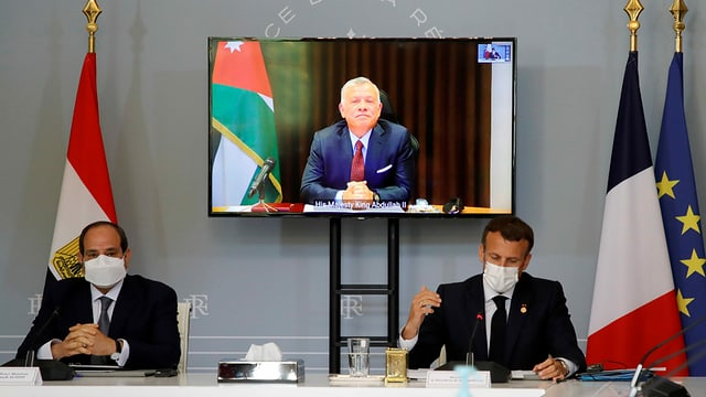 Treffen zwischen al-Sisi und Macron, auf dem Bildschirm ist der jordanische König Abdullah zugeschalten.