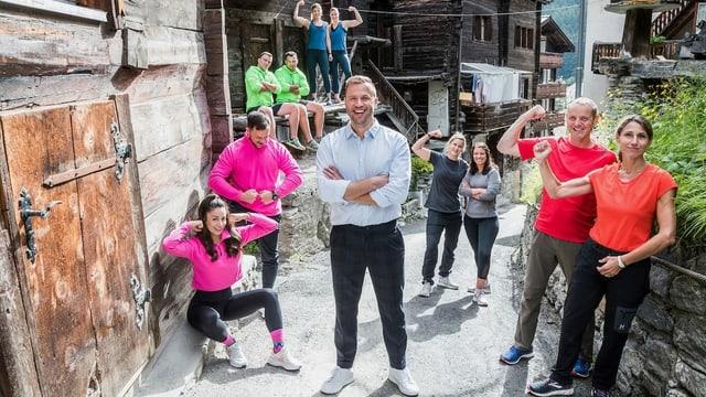 In einem Bergdorf steht Jonny Fischer auf einem Weg und ist mit Corona-Abstand umgeben von 5 2er-Teams