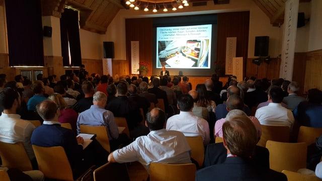 Giasts taidlan cun interess al referent CEO David Bosshard dal Gottlieb Duttweiler Institut.
