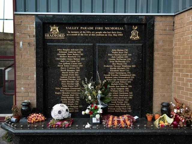 Die Namen der 56 Toten vor dem Utilita Energy Stadium in Bradford.