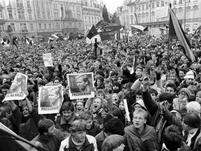 Menschenmenge mit Plakaten.