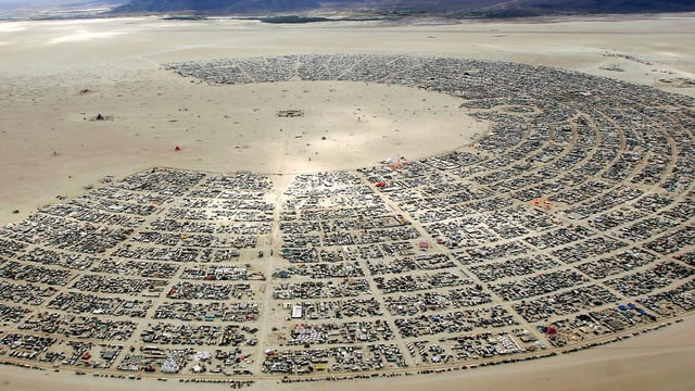 Luftaufnahme der Black Rock City in der Wüste von Nevada.