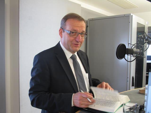 Alfred Bossard beim Interview im Regionalstudio Luzern von Radio SRF.