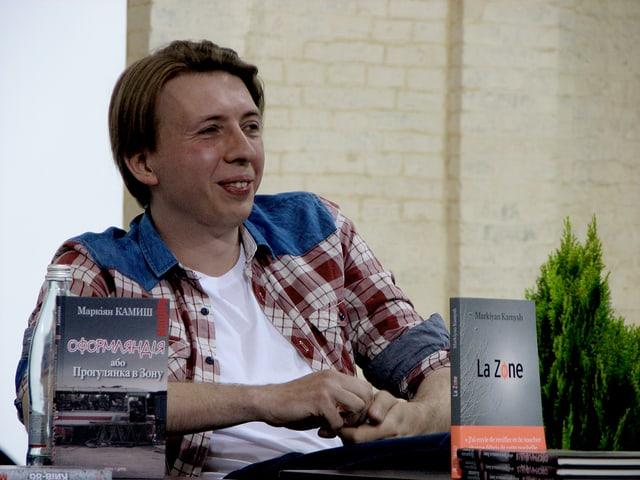 Autor Markiyan Kamysch mit seinem eben erschienenen Buch.