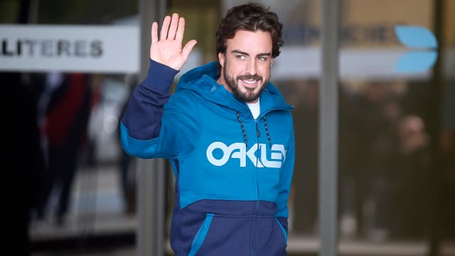 Fernando Alonso winkt seinen Fans nach der Entlassung aus dem Spital zu.