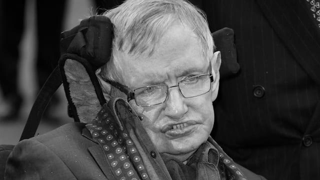 Purtret da Stephen Hawking en sutga da rodas.