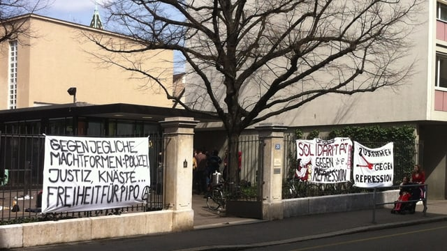 Transparente mit politischen Parolen vor dem Basler Strafgericht - Linksautonome protestieren gegen den Prozess.