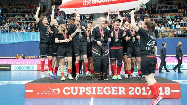 Feiernde Unihockey-Frauen in Bern