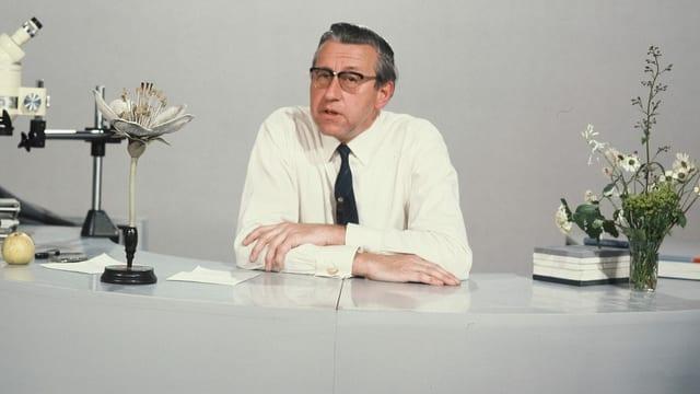 Ein Mann mit Hemd und Krawatte in einem Fernsehstudio.