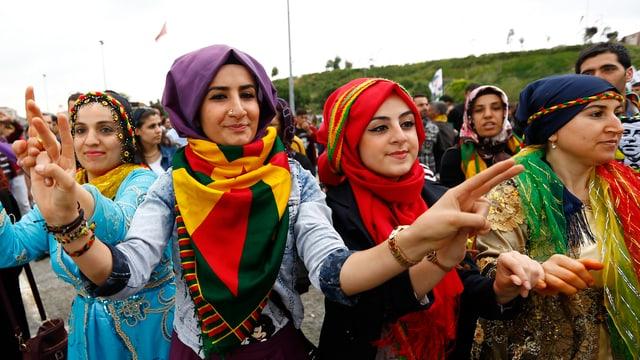 Anhängerinnen der HDP bejubeln den Sieg ihrer Partei