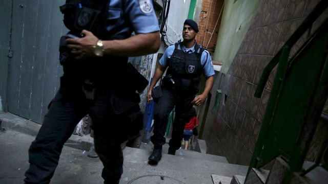 Polizisten patrouillieren durch die Favela Santa Marta