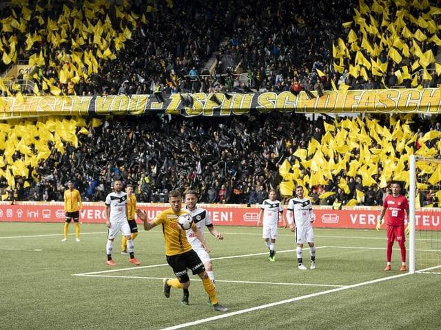 Spielerduell zwischen YB und Lugano in vollem Stadion