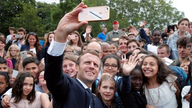 Macron macht Selfie mit Schülern