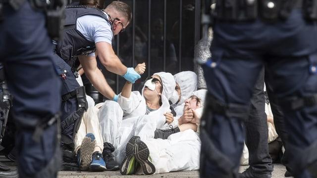 Polizia che arresta activists.