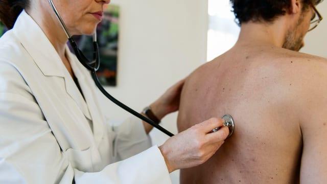 Arzt bei der Untersuchung eines Patienten