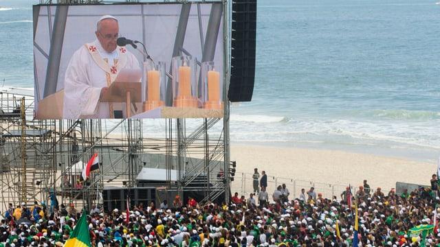Der Papst spricht auf einer Grossleinwand vor Zehntausenden am Copacabana-Strand