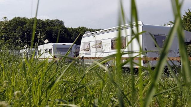 Campingwägen auf der grünen Wiese
