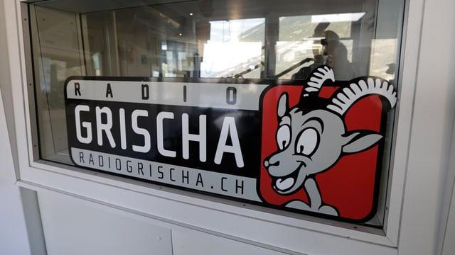 Radio Grischa-Logo an einer Glasscheibe
