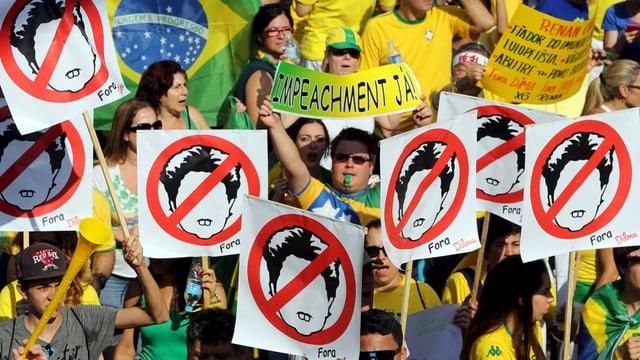 Ils demonstrants pretendan la demissiun da la presidenta Dilma Rousseff.